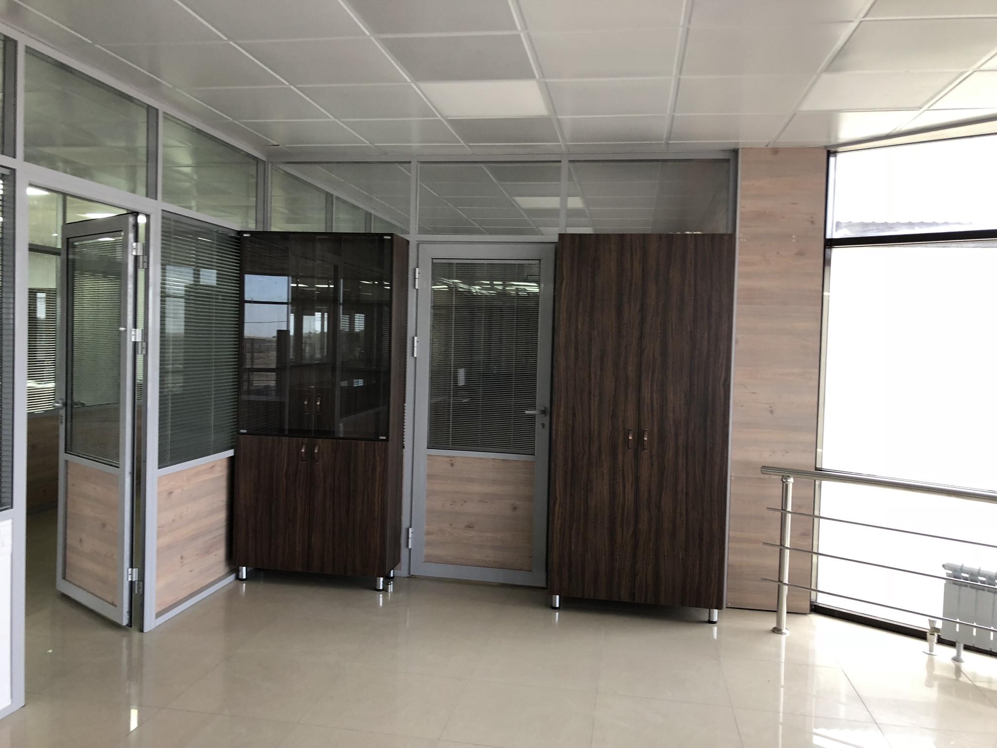 Офисные перегородки и двери со встроенными жалюзи